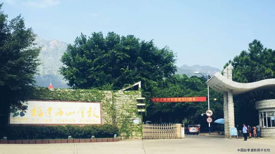 东邻石竹山风景区,南依南少林寺,交通便利,环境优美.
